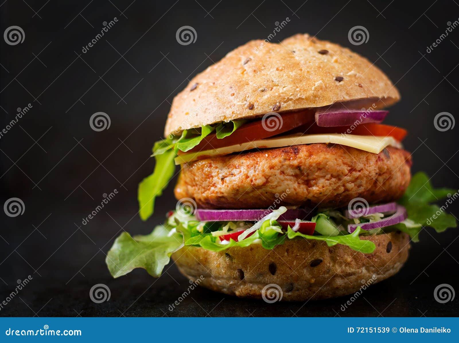 Grand sandwich - hamburger avec l hamburger juteux de poulet