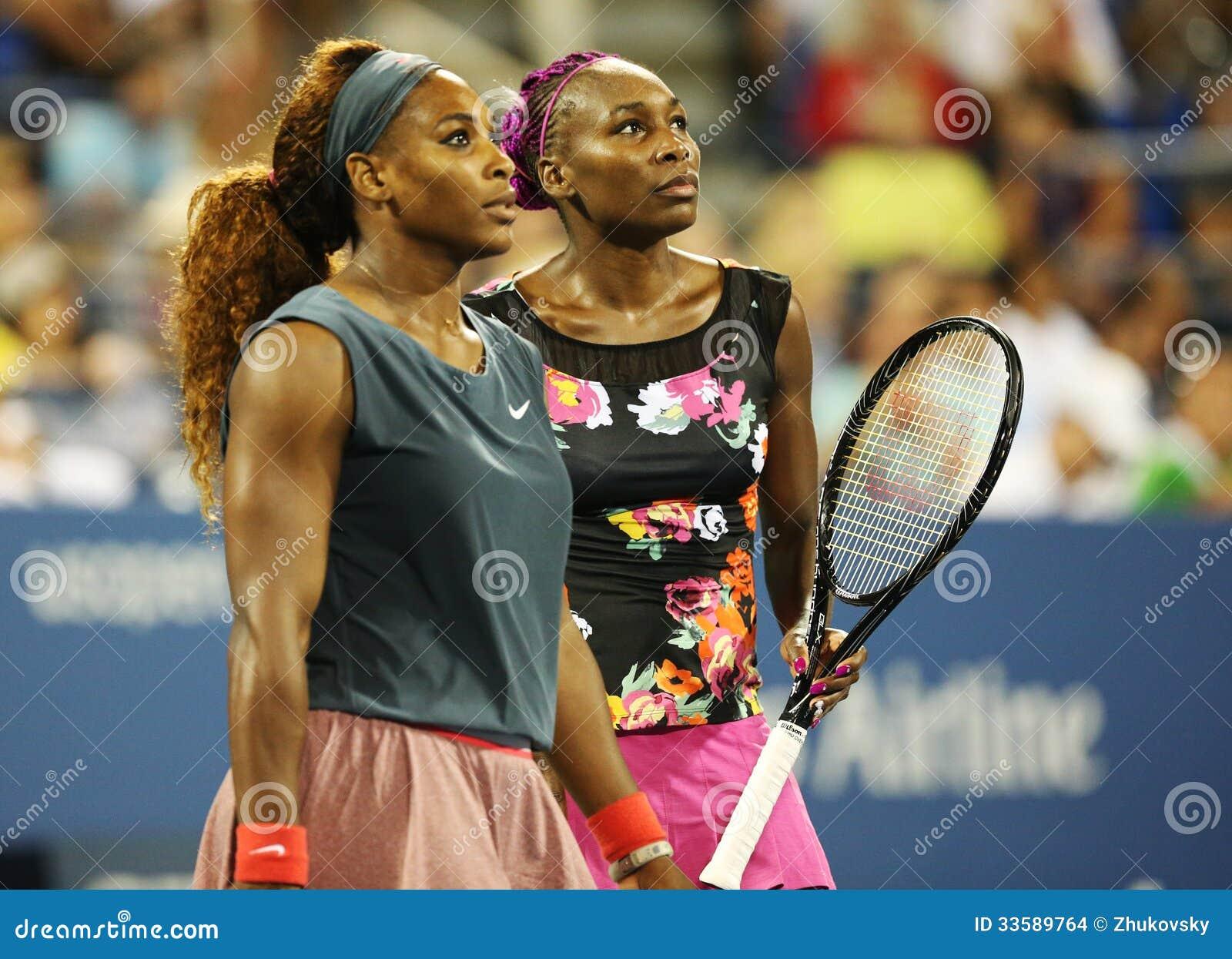 Grand Slam verficht Serena Williams und Venus Williams während ihrer Erstrundedoppelten passen an US Open 2013 zusammen