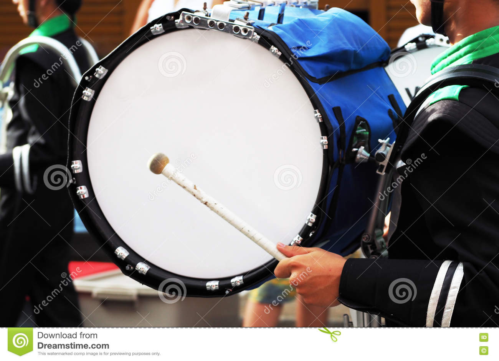 grand tambour de fanfare dans le d fil image stock image du musicien main 75779325. Black Bedroom Furniture Sets. Home Design Ideas