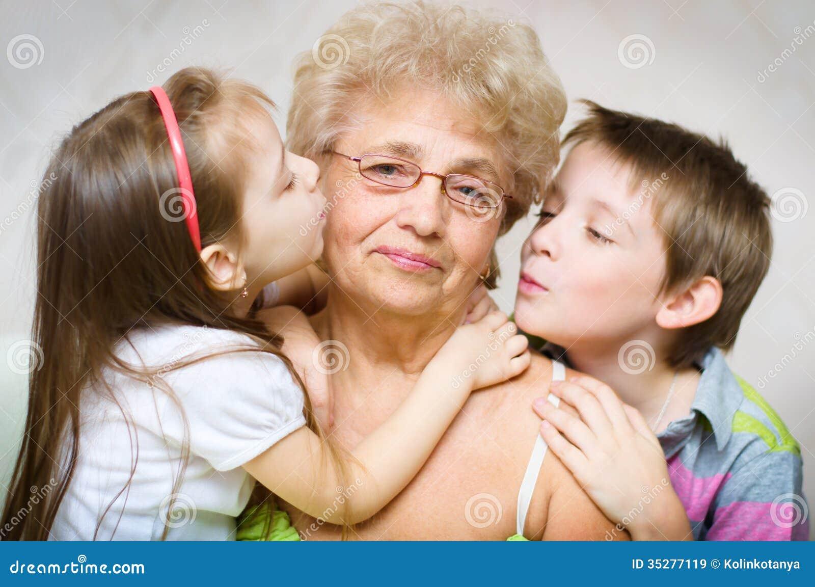 Смотреть две бабушки внучка 5 фотография