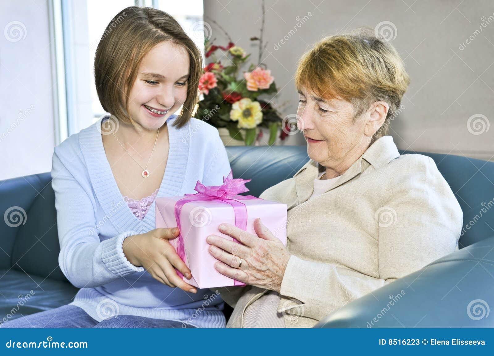 Неопытная дочка набирается опыта у отчима