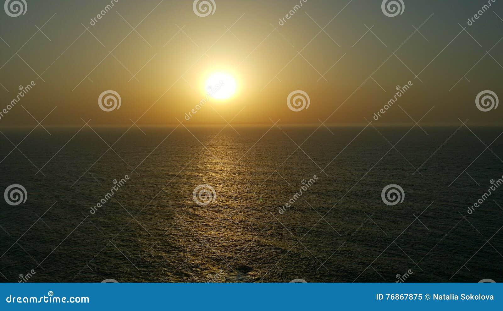 Grande atlântico da vista para o mar do por do sol