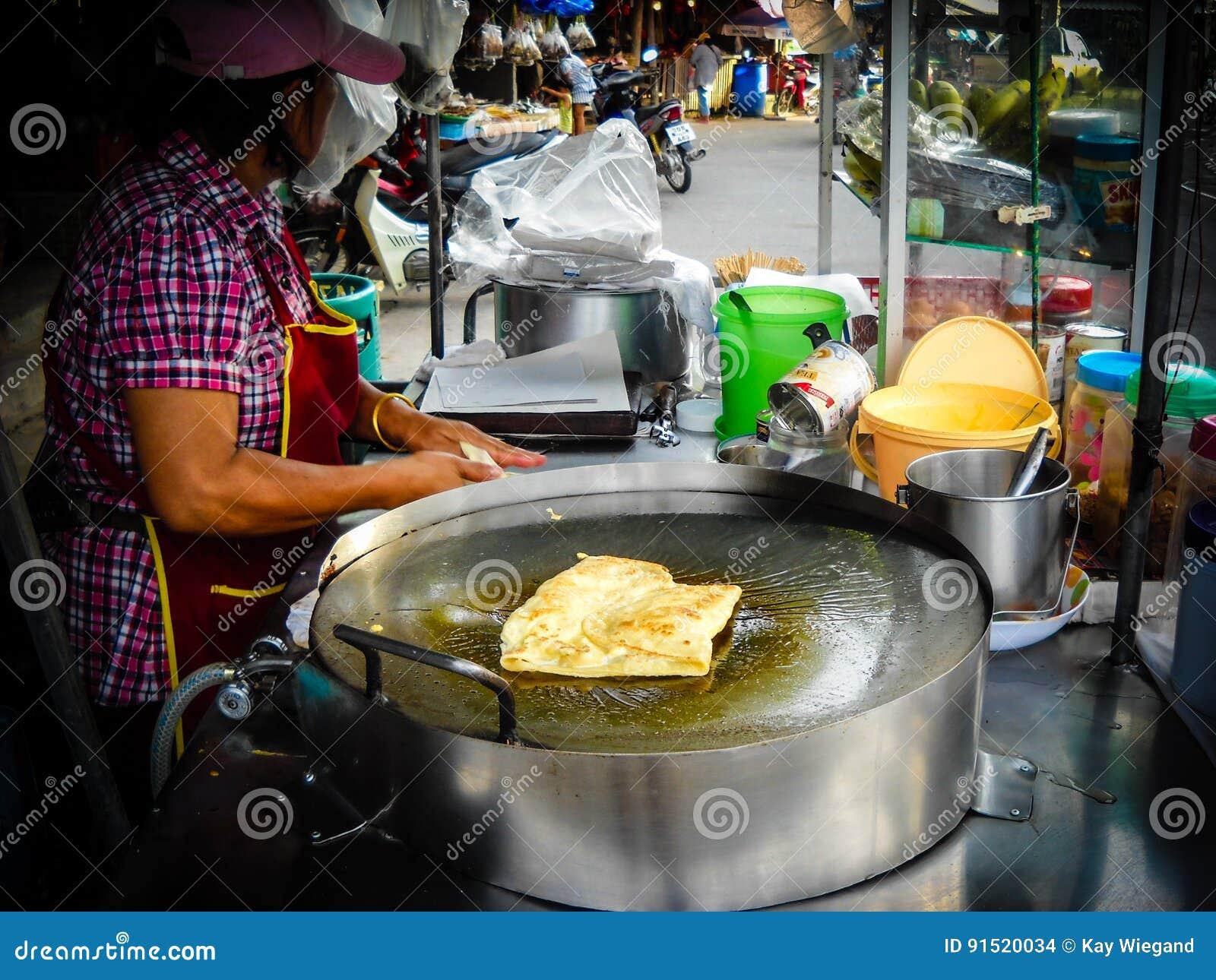 Grande atmosfera em um mercado do alimento da noite Perto do krabi