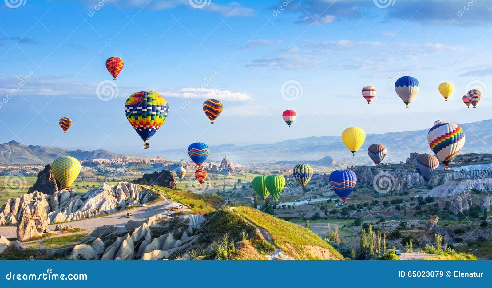 A grande atração turística de Cappadocia - balloon o voo tampão