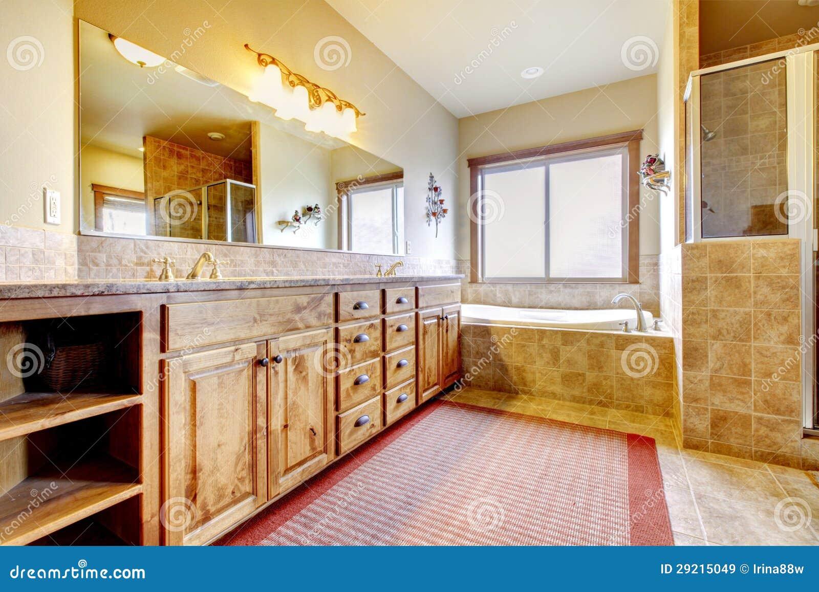 Bagno Legno Naturale : Grande bagno con mobilia di legno e colori naturali immagine