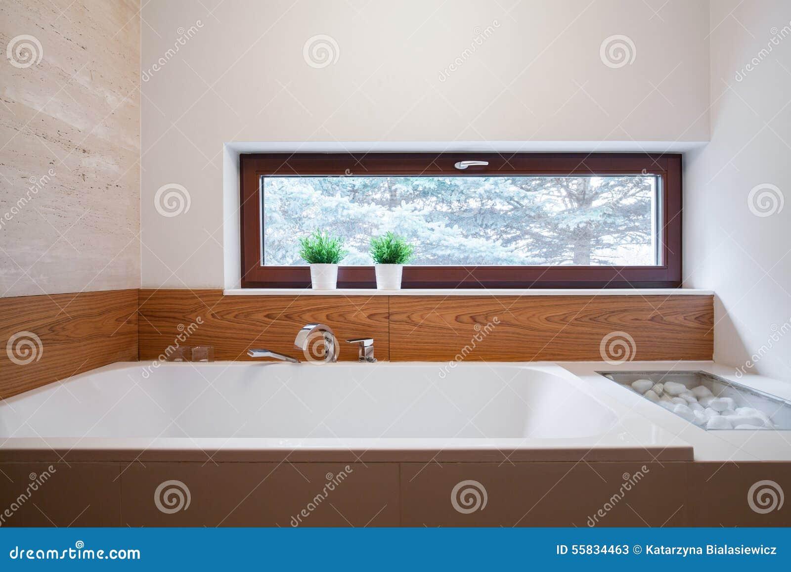 Baignoire de grand dos blanc dans la salle de bains moderne image ...