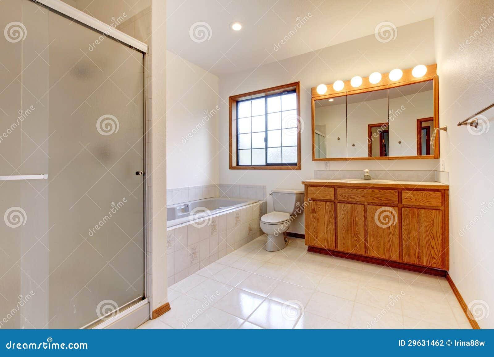 Grande Banheiro Branco Com O Gabinete Da Cuba, Do Chuveiro E Da Madeira Foto -> Cuba Banheiro Grande