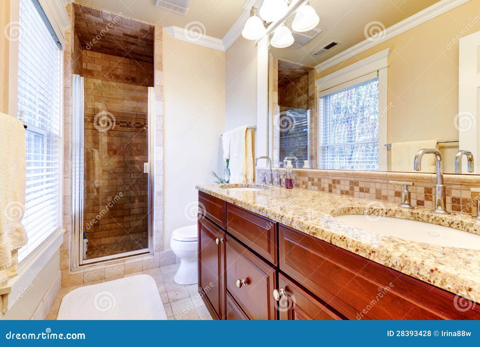 Grande Banheiro Com Gabinetes Da Cereja E Bancada Do Granito. Fotos de  #B23810 1300 957