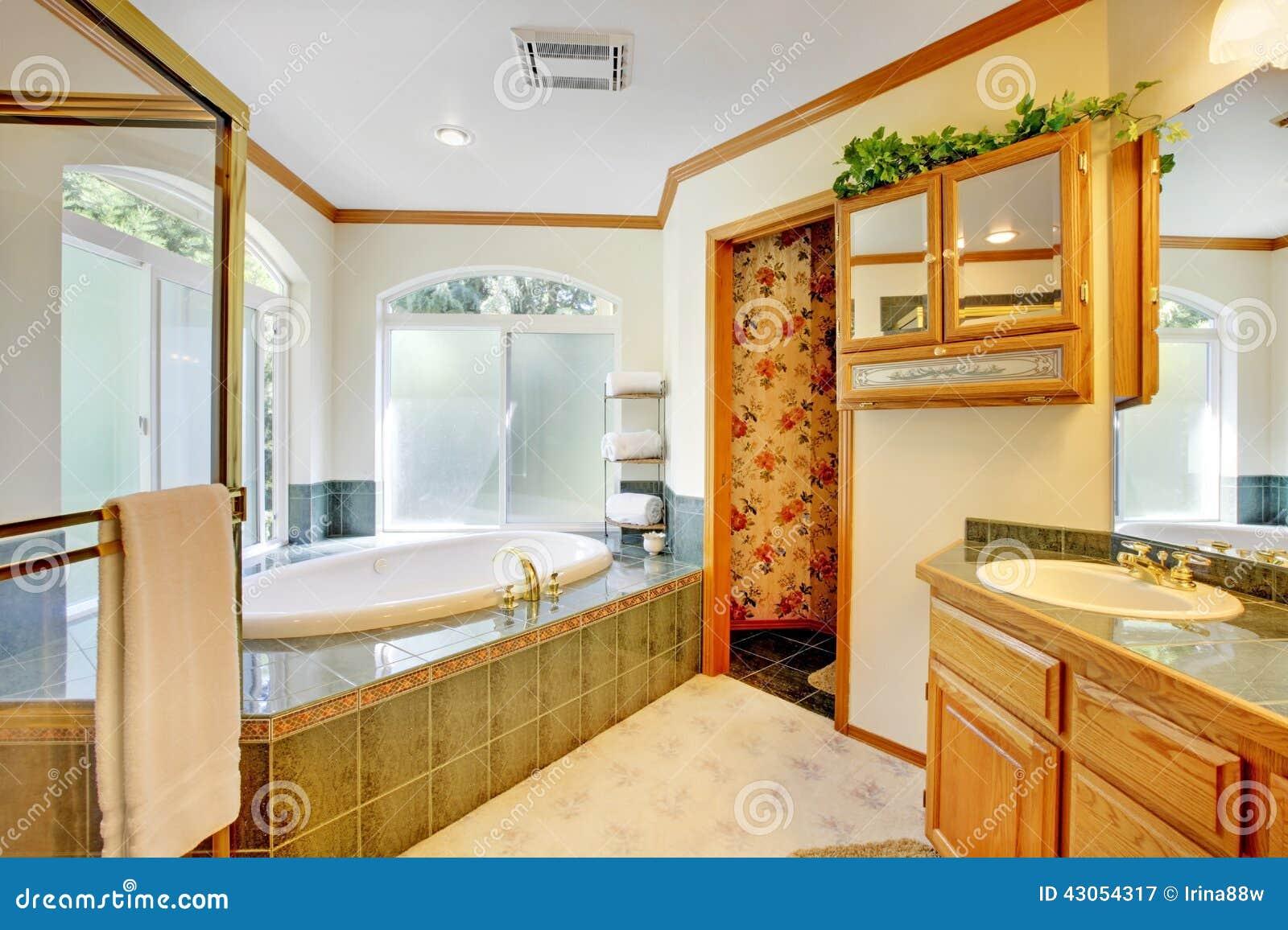 Grande Banheiro Com Jacuzzi Foto de Stock Imagem: 43054317 #B74908 1300 956