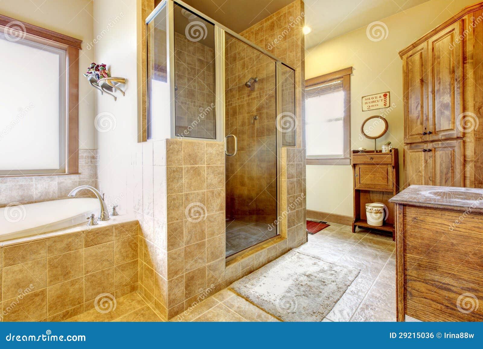 Grande Banheiro Com Mobília De Madeira E Cores Naturais. Imagem de  #3B1408 1300x957 Banheiro Bege Com Madeira