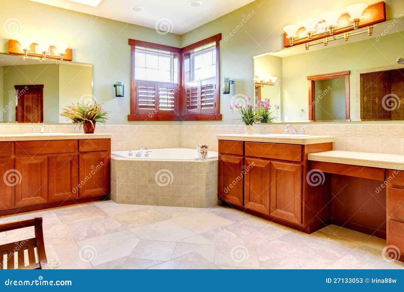 Grande Banheiro Com Os Gabinetes De Madeira Dobro Fotos de Stock  #3C0704 1300 957