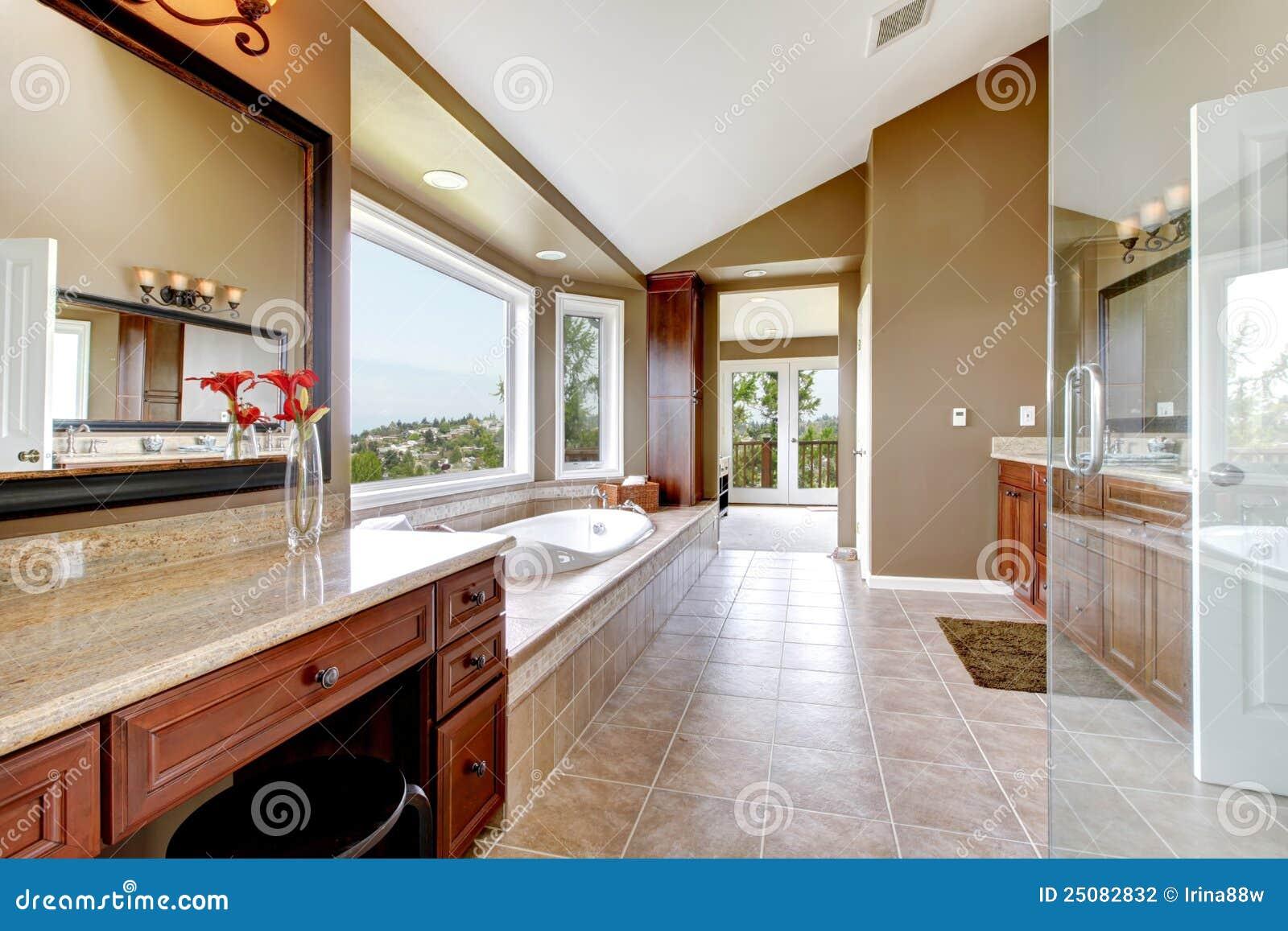 Grande Banheiro Mestre Novo Luxuoso Moderno No Marrom. Fotografia de  #82A328 1300 957