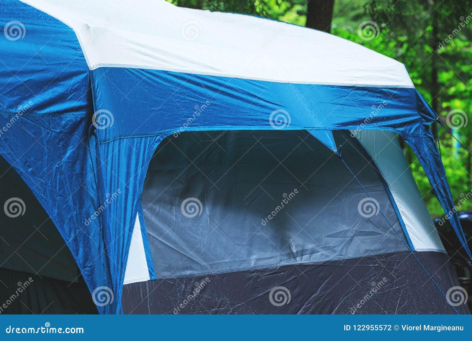 Grande barraca de acampamento no dia chuvoso Barracas do turista instaladas no