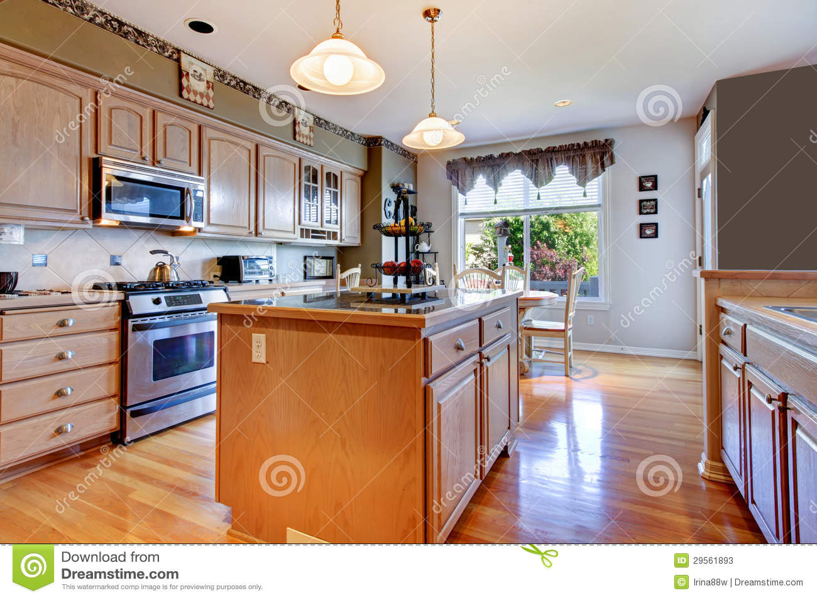 Grande bella cucina bianca con il pavimento di legno duro e le pareti verdi immagine stock - Cucina bianca e legno ...