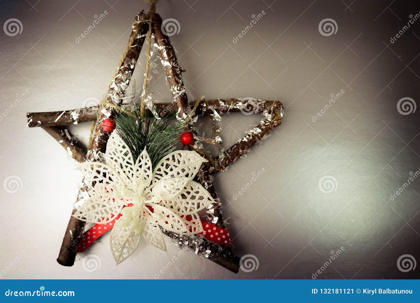 grande belle étoile en bois décorative de noël, une guirlande qui a