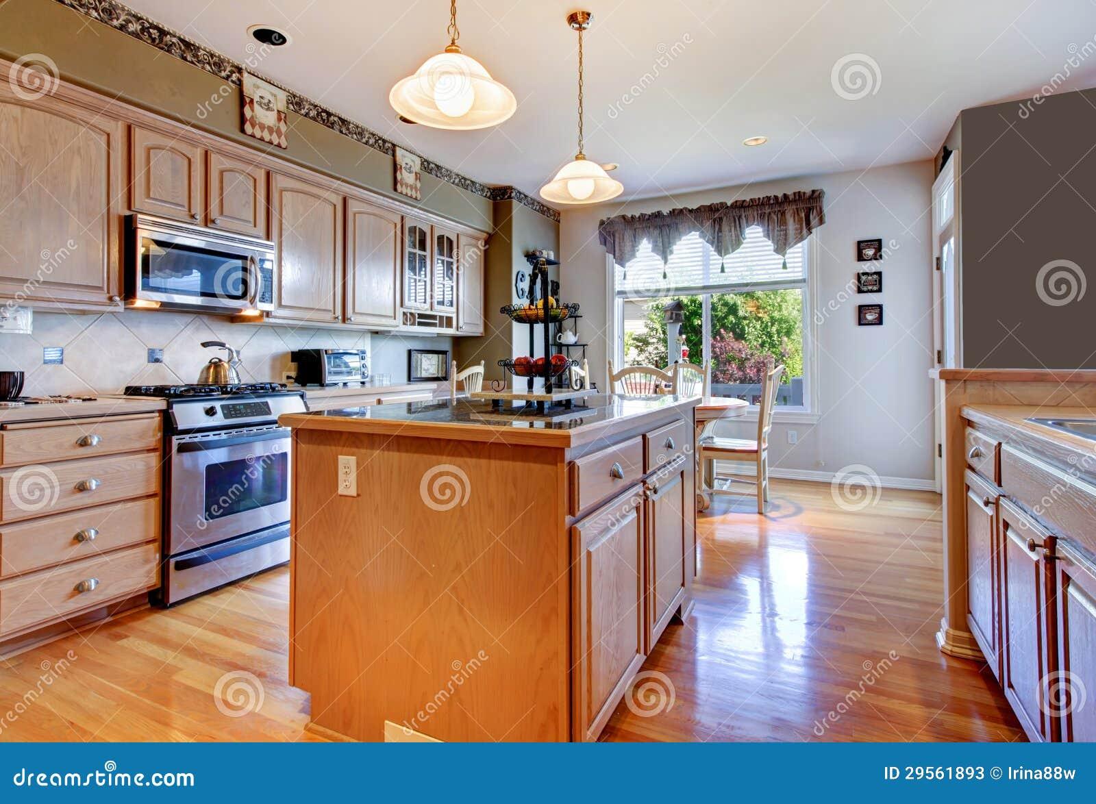Grande belle cuisine blanche avec le plancher en bois dur for Belle cuisine