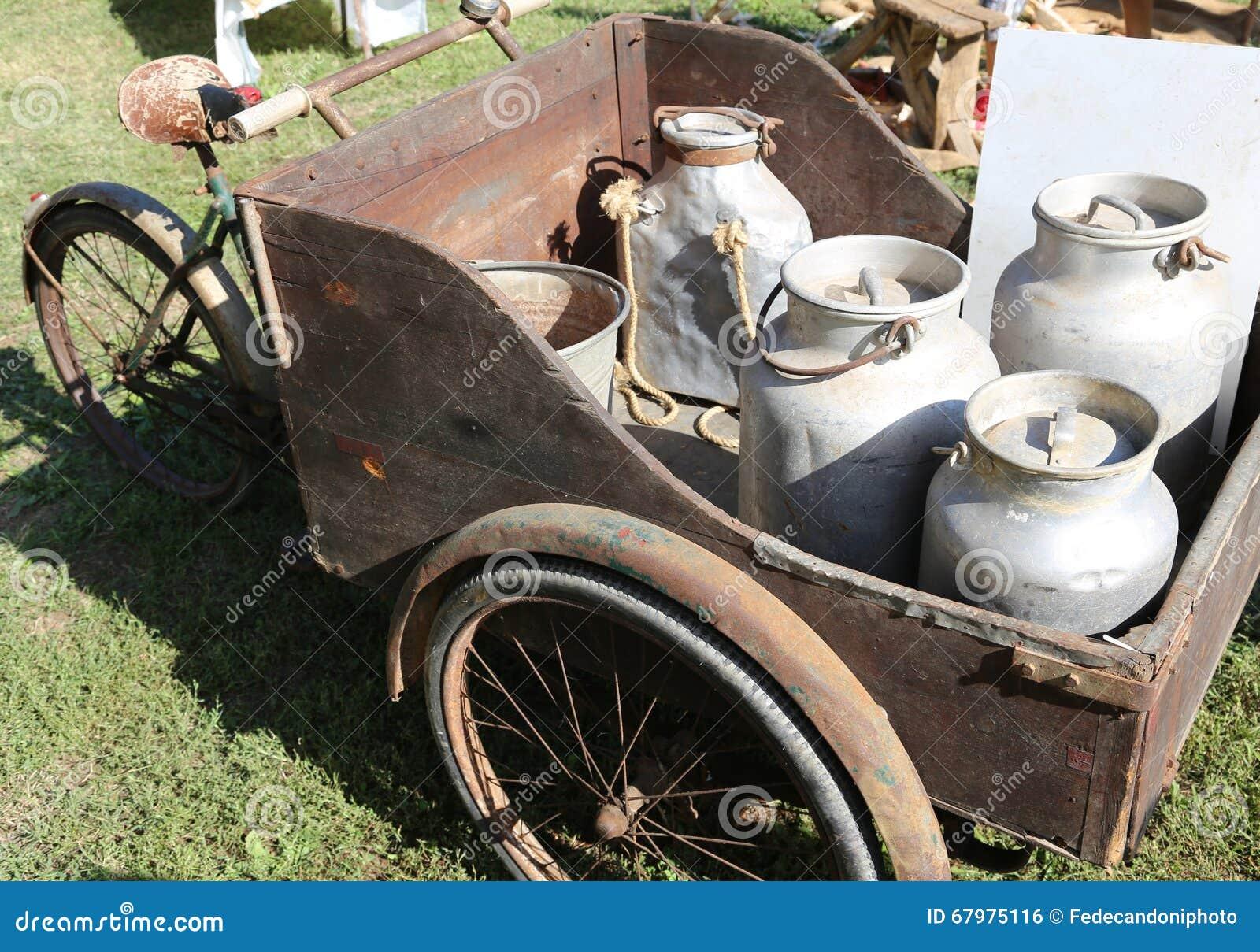 Grande Bicicletta Antica Con Il Carretto Con Tre Ruote Fotografia