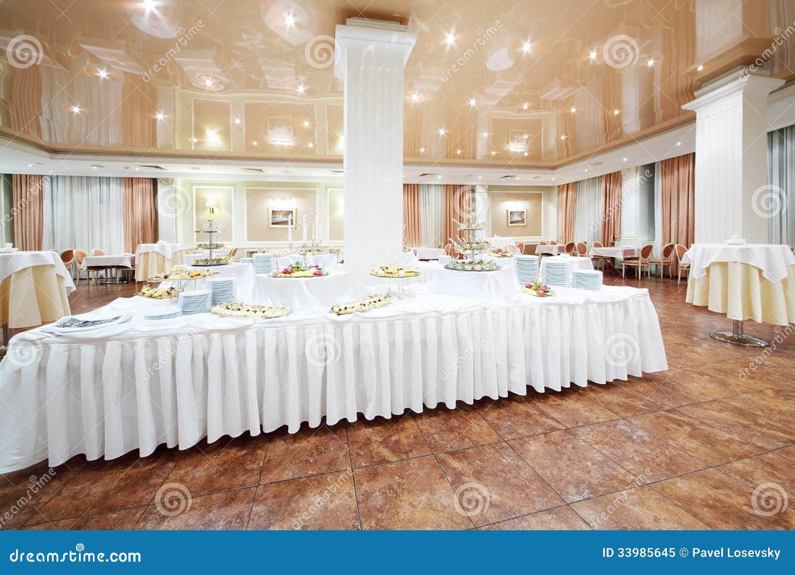 Grande bufete e mesas redondas pequenas com toalhas de - Mesas redondas pequenas ...