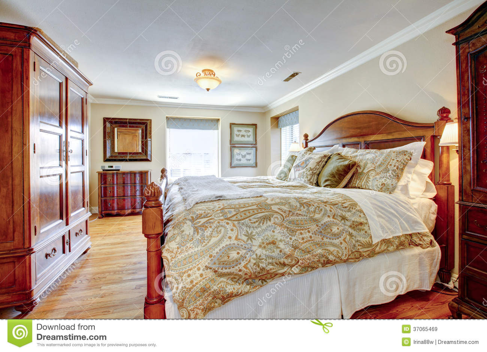 Grande camera da letto ammobiliata rustica immagini stock libere da diritti immagine 37065469 - Camera da letto grande ...