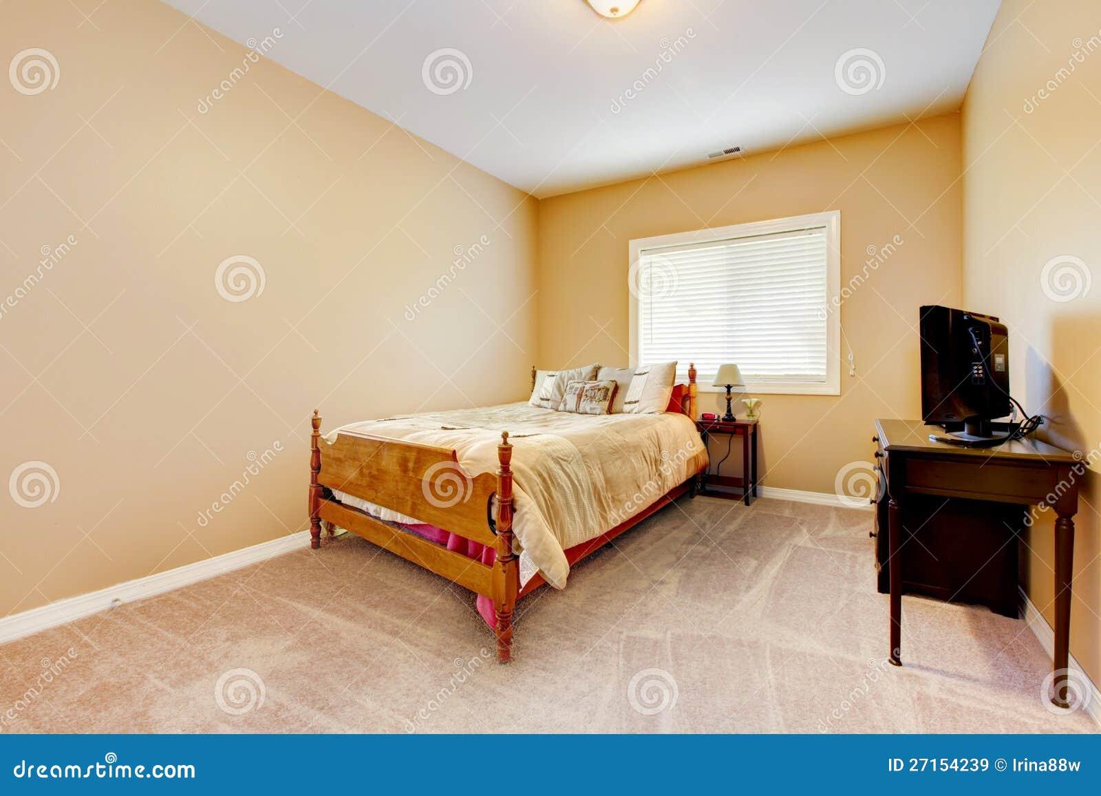 Pareti Bianche E Beige : Grande camera da letto con le pareti gialle e la moquette beige