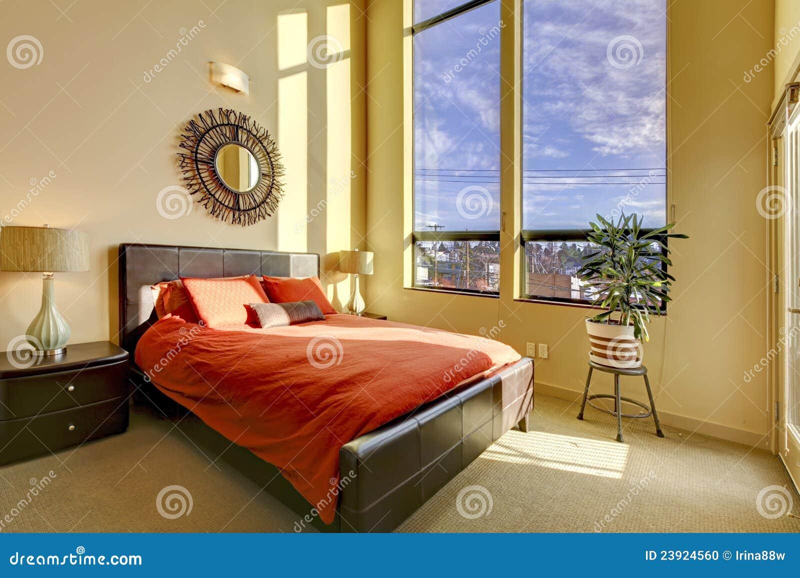 Camere Da Letto Rosse E Bianche : Grande camera da letto del soffitto alto con la base rossa