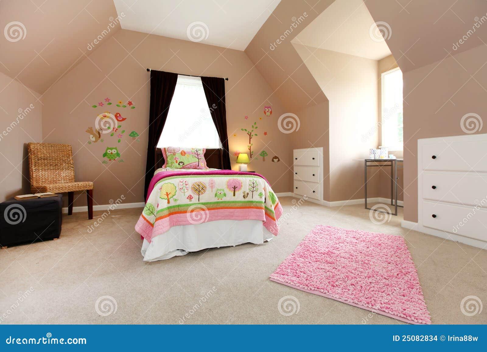 Grande camera da letto marrone della neonata con il colore rosa fotografia stock immagine - Colore della camera da letto ...