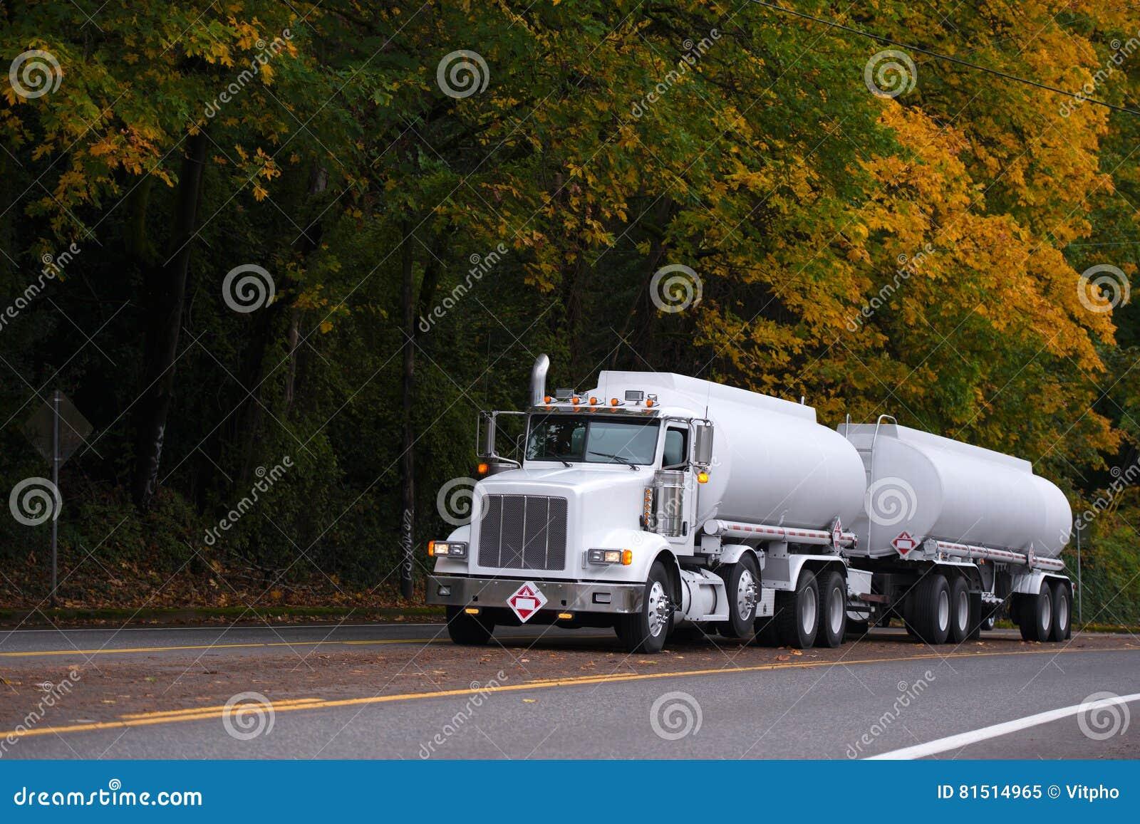 Grande camion bianco dei semi dell 39 impianto di for Prezzi del garage della carrozza