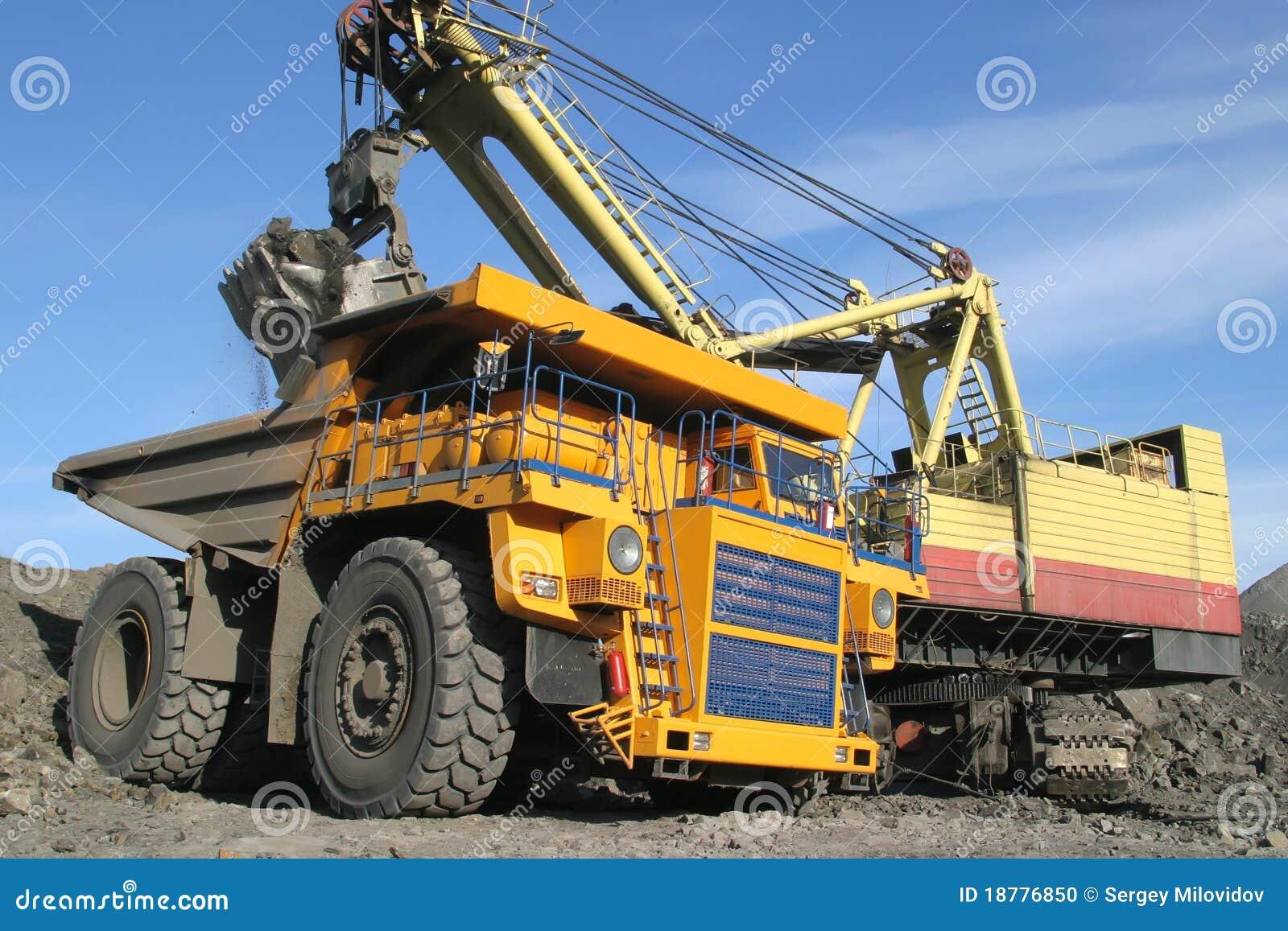 Grande carrello di miniera giallo