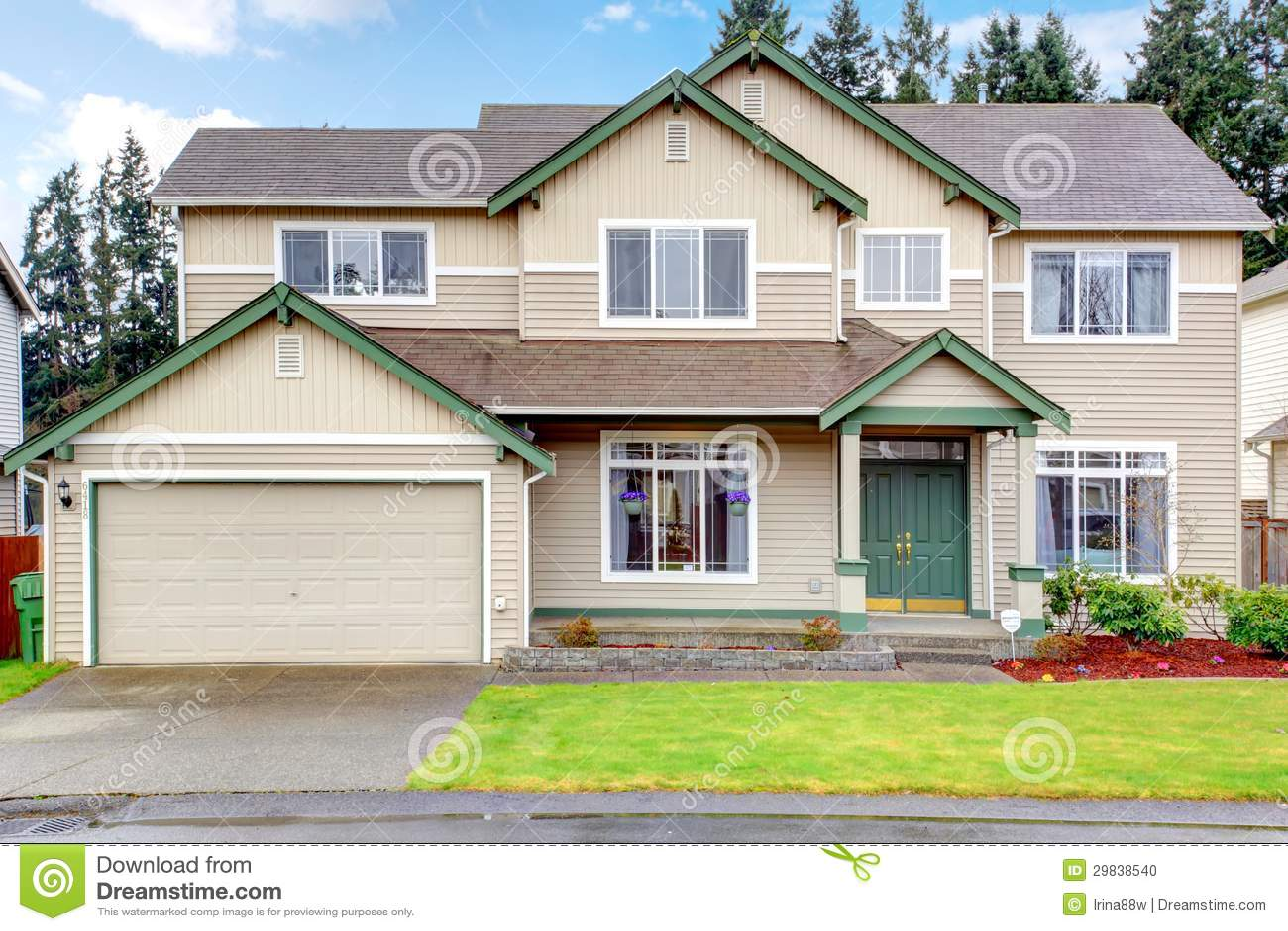 Grande exterior americano noroeste novo clássico da casa.