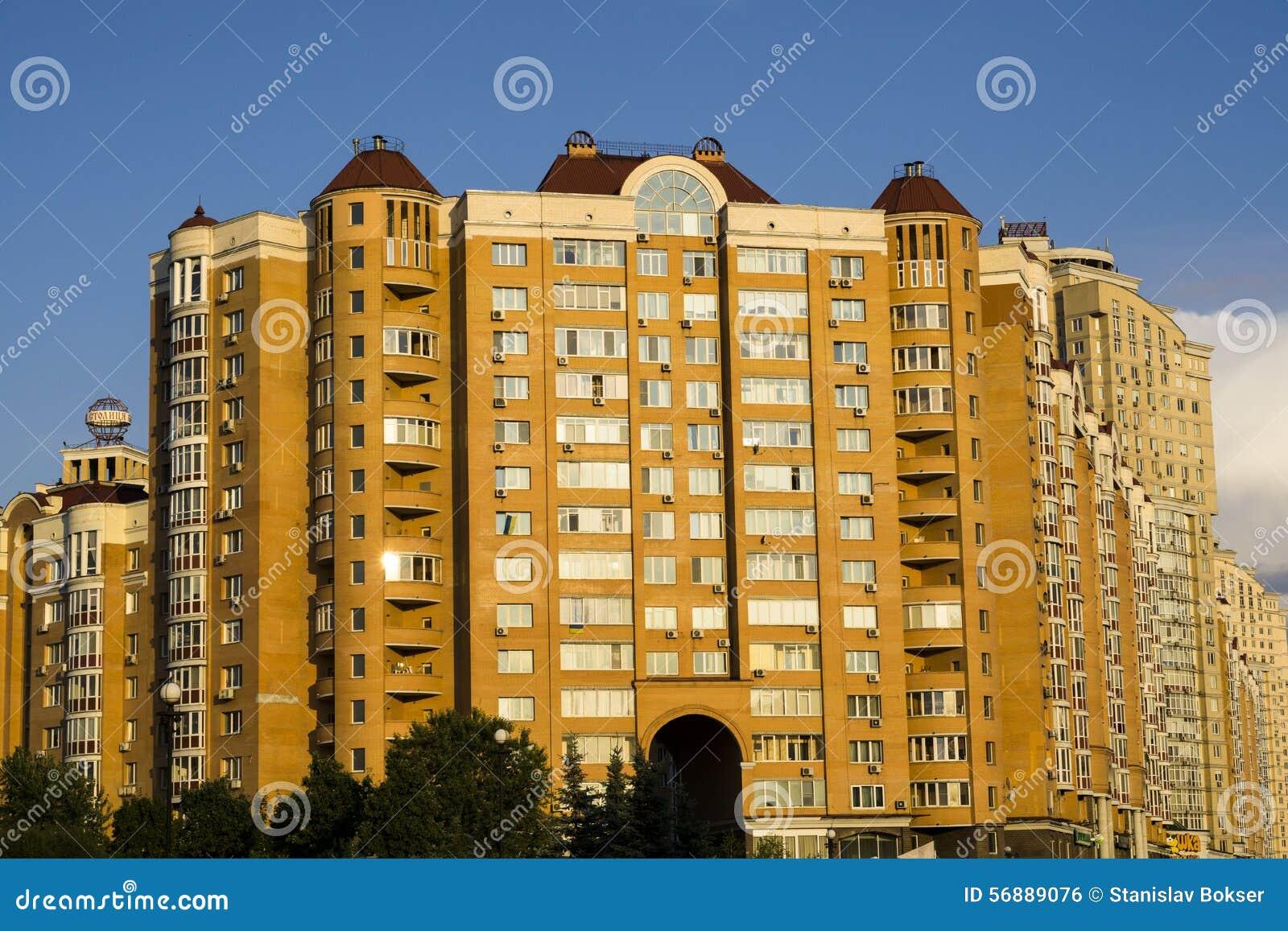Grande casa arancio multipiana moderna