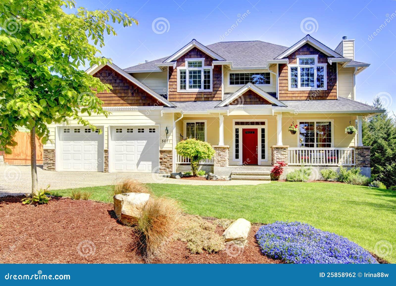 grande casa bonita americana com porta vermelha foto de stock imagem de arquitetura freio. Black Bedroom Furniture Sets. Home Design Ideas
