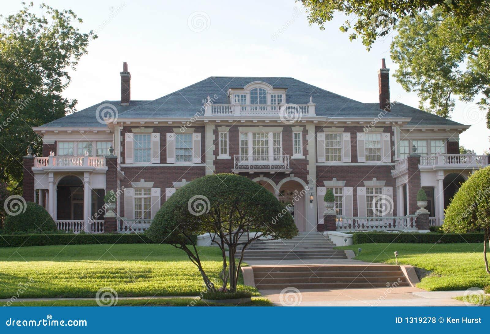 Grande casa colonial urbana do estilo fotos de stock for Estilos de apartamentos