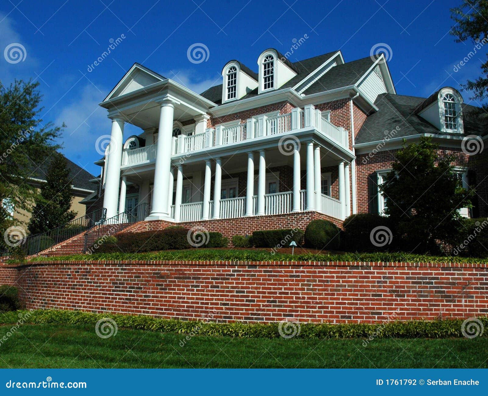 Grande casa de três andares