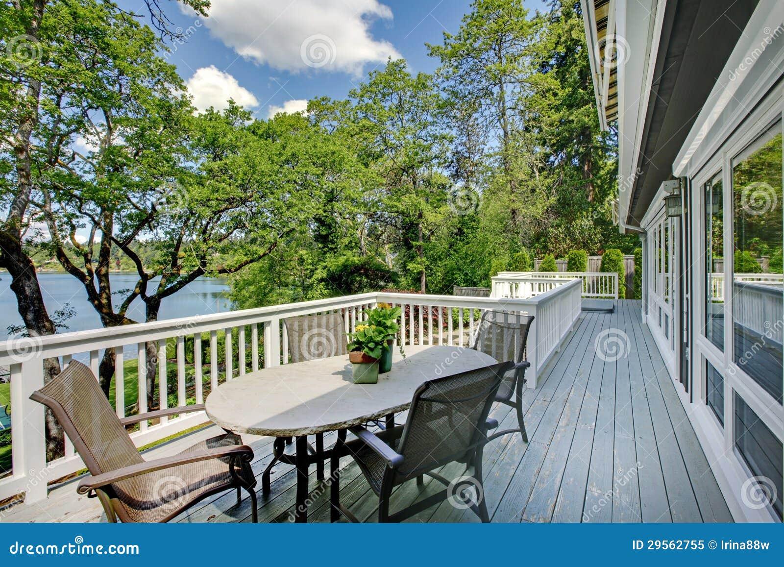 Grande casa lunga del balcone esteriore con la tavola e le for Sedie lago prezzi