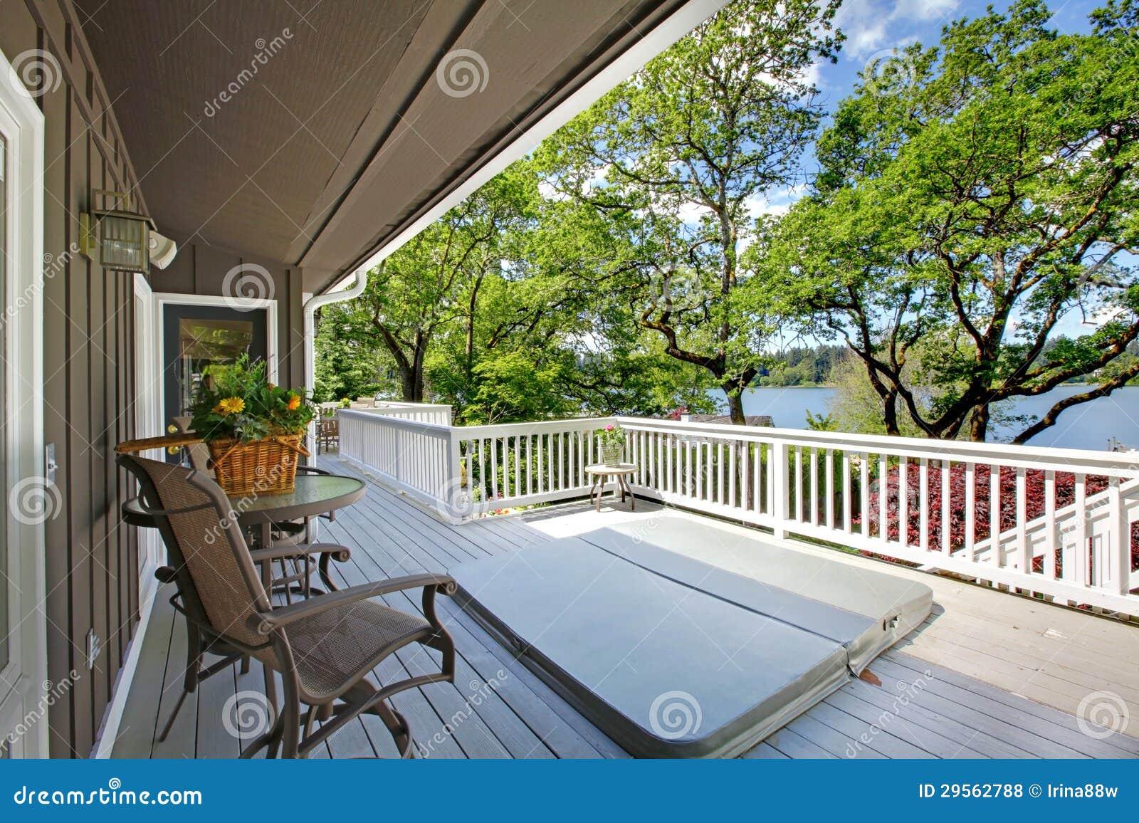Grande casa lunga del balcone esteriore con la vasca calda for Sedie lago prezzi