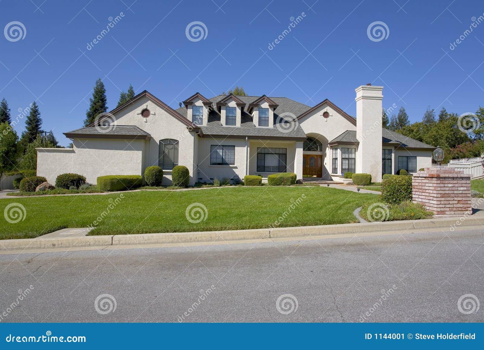 Grande casa lussuosa immagine stock immagine di concreto for Casa lussuosa