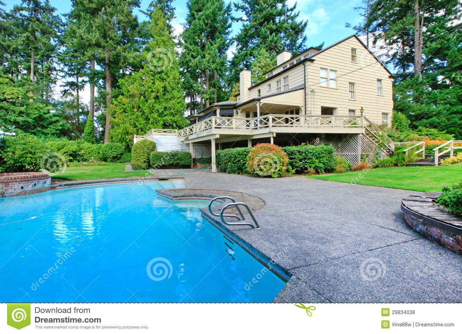 Grande casa marrone esteriore con il giardino e la piscina for Piani di casa a nord ovest