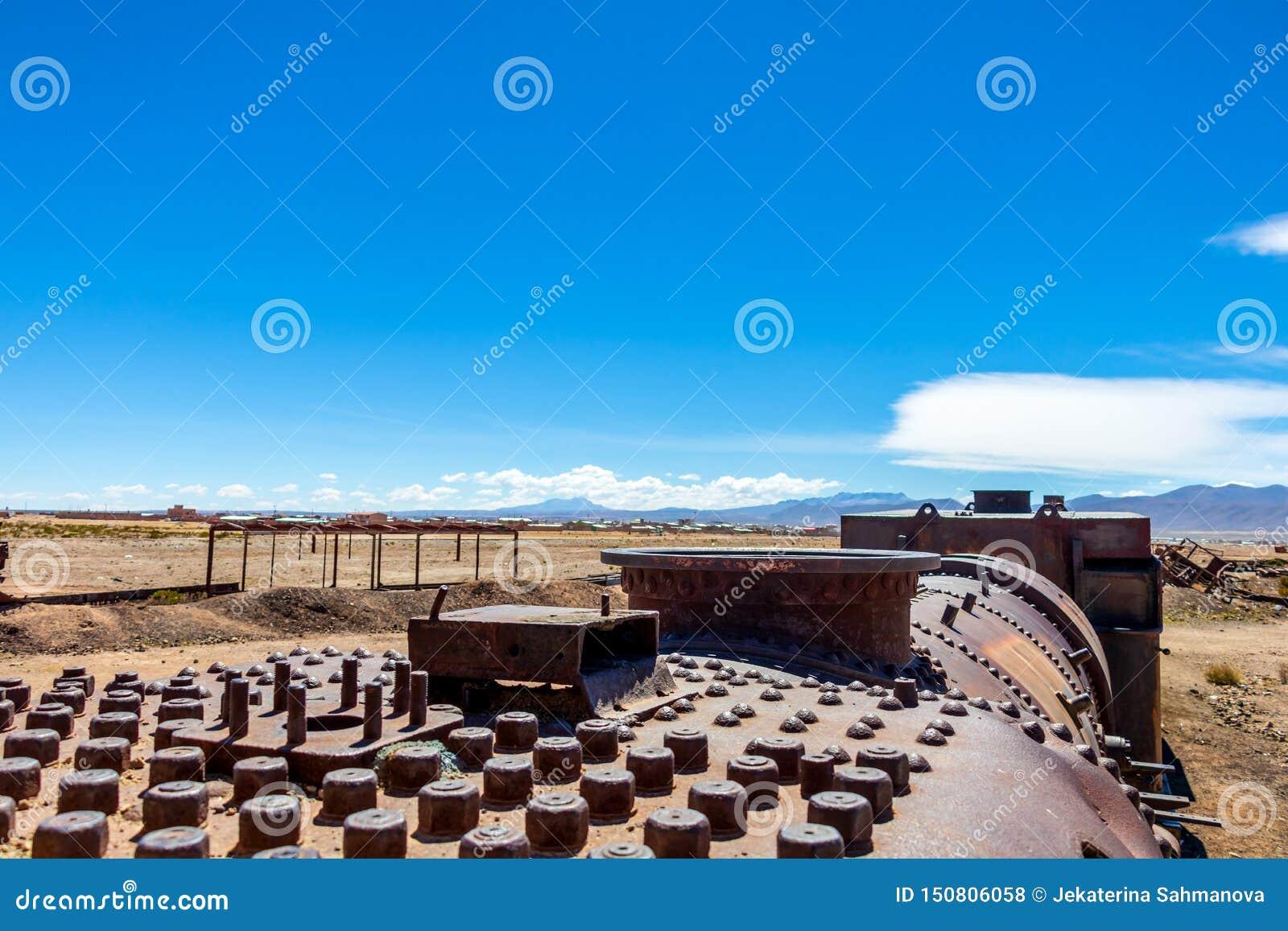 Grande cemitério do trem ou cemitério das locomotivas de vapor em Uyuni, Bolívia