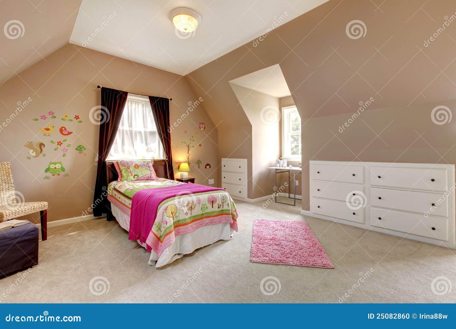 grande chambre coucher brune de bb avec le bti rose - Grande Chambre Fille