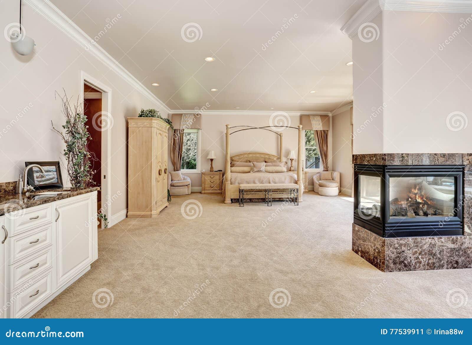 Grande Chambre A Coucher Cremeuse Principale De Tons Dans La Maison
