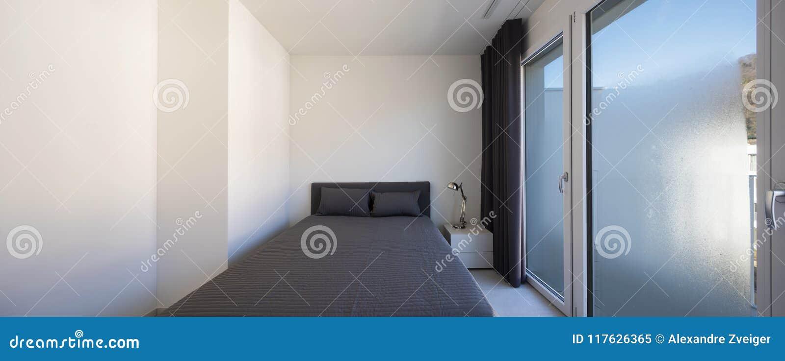 Grande chambre à coucher dans un appartement moderne
