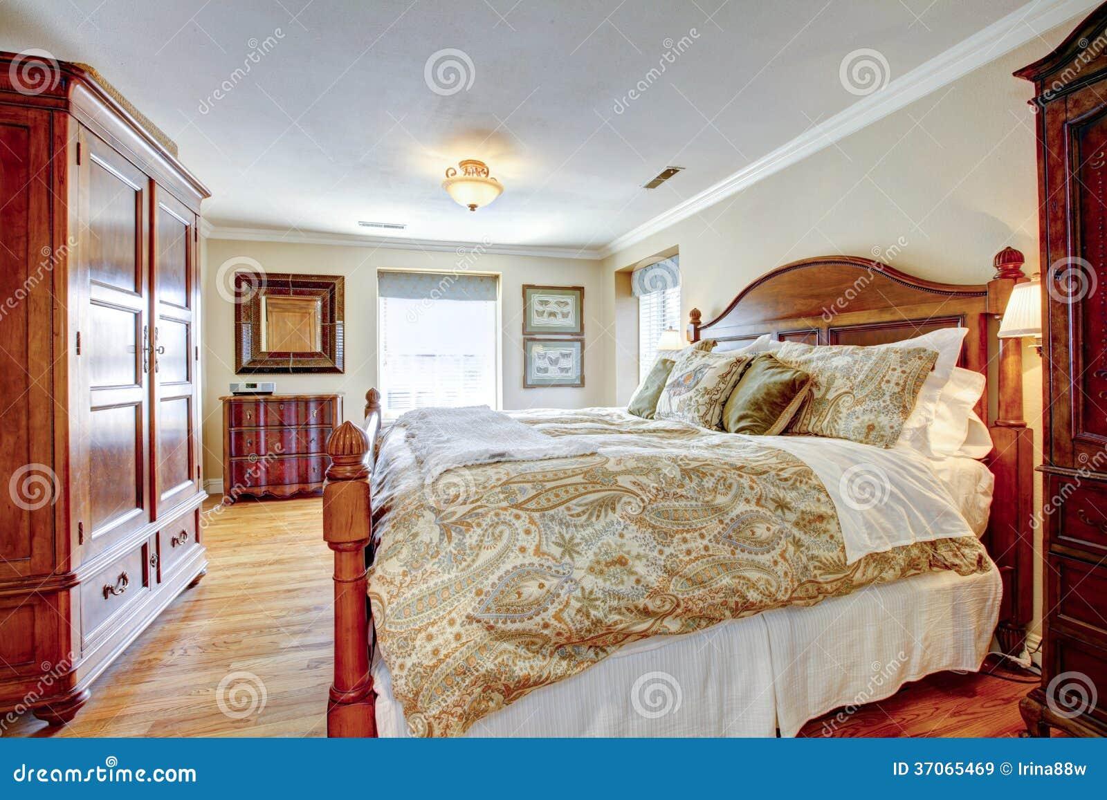 Grande chambre à coucher meublée rustique photographie stock libre ...