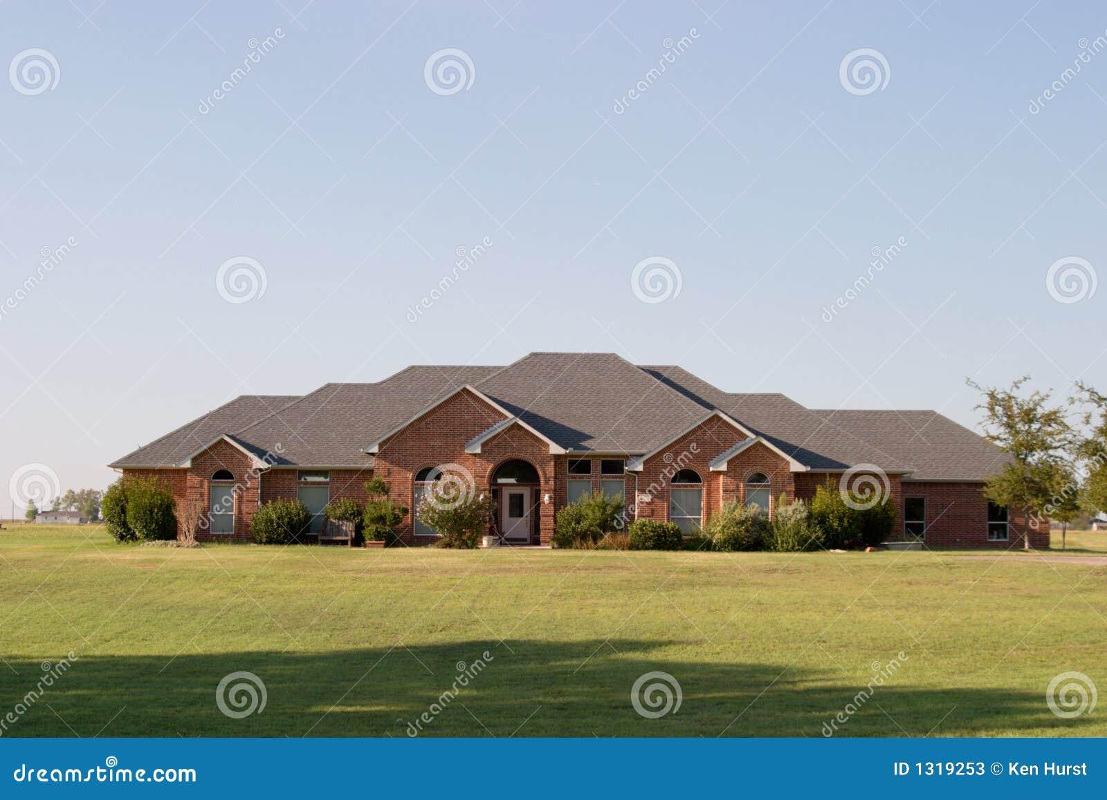 Grande chambre moderne de brique de type de ranch photos for Grande casa ranch