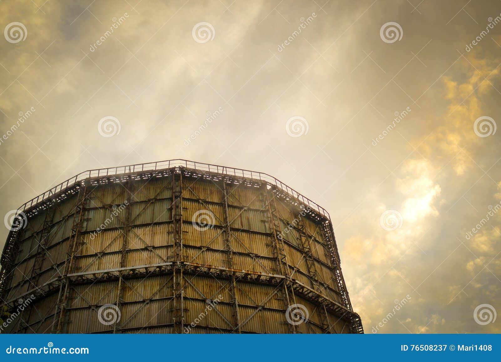 Grande chaminé da fábrica da ardósia