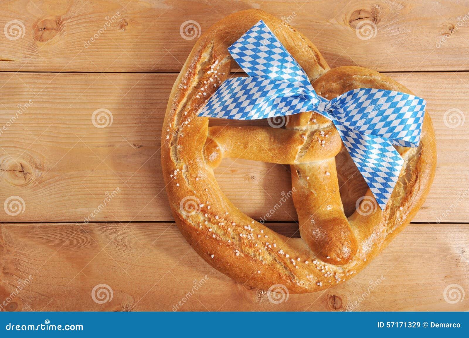 Grande ciambellina salata molle bavarese di Oktoberfest