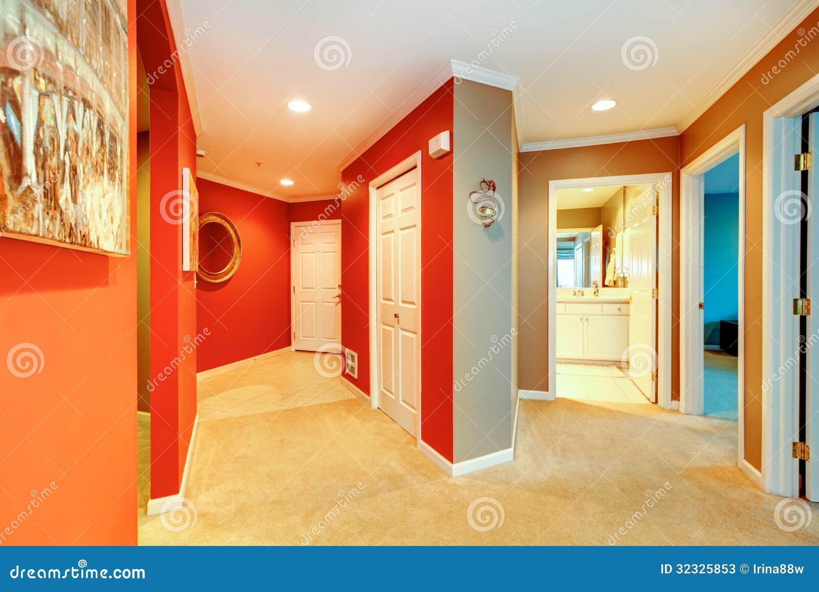 no apartamento da cidade com a porta aberta do banheiro e tapete bege #972C08 1300 957