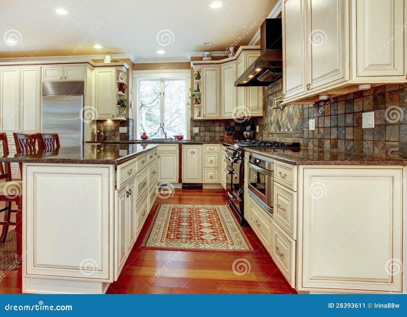 Grande Cozinha Branca Luxuosa Com Folhosa Da Cereja. Imagem de Stock  #81A229 1300 1029
