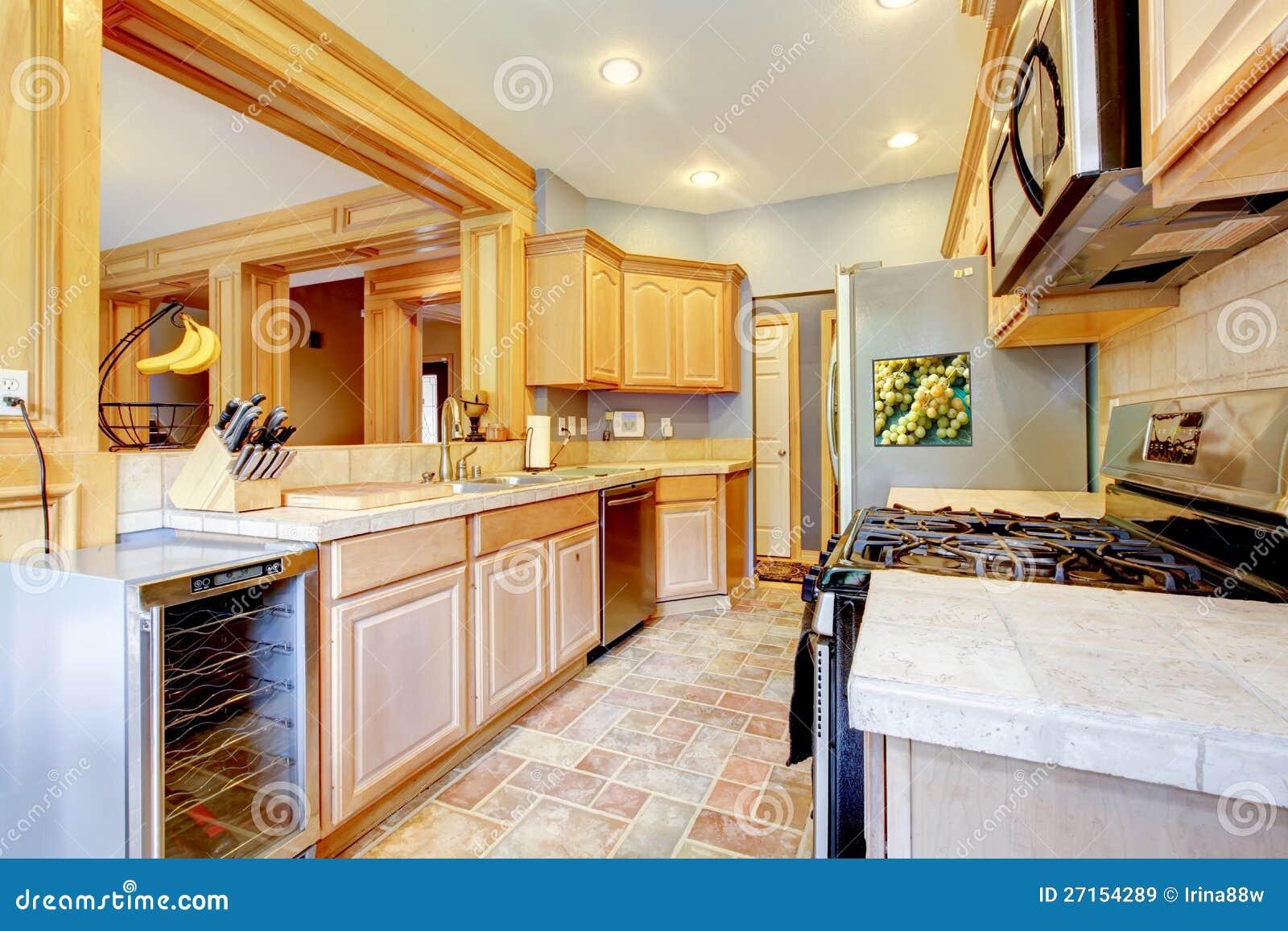 Grande Cozinha De Madeira Agrad Vel Com Cinza E Bordo Imagem De