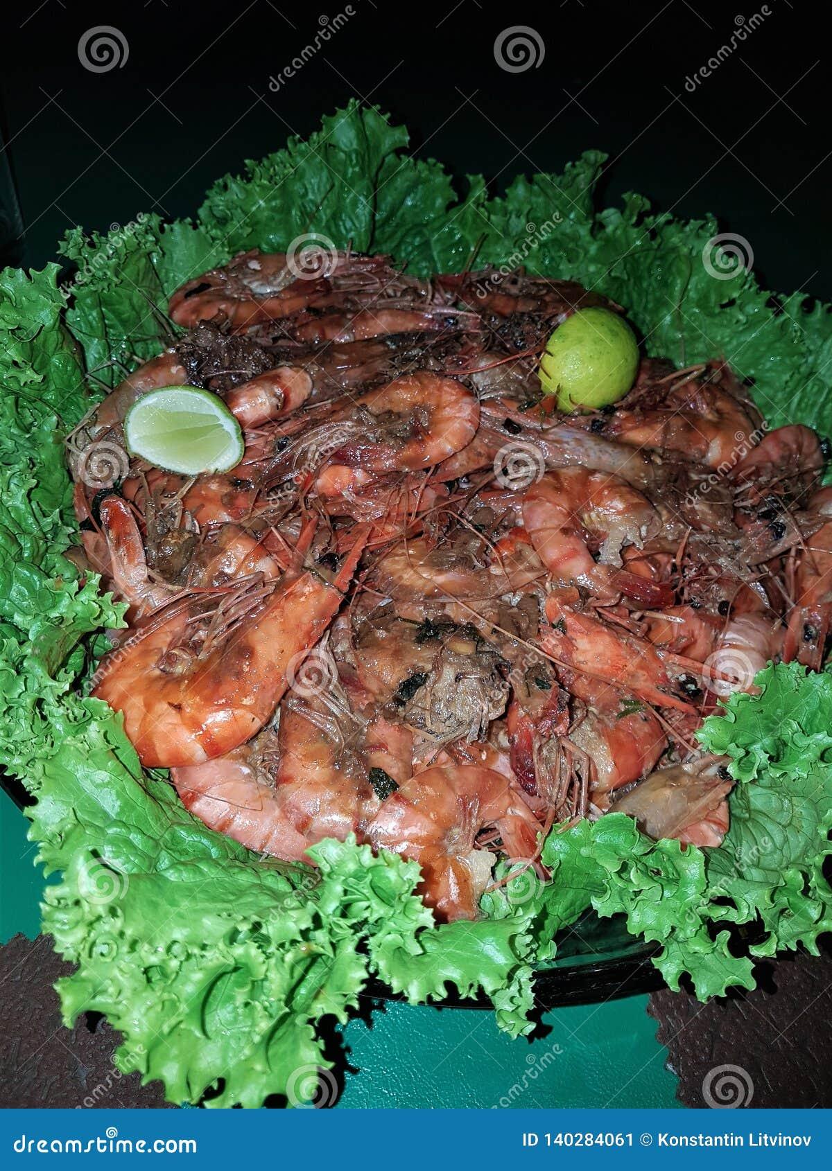 Grande crevette délicieuse avec les épices et la garniture