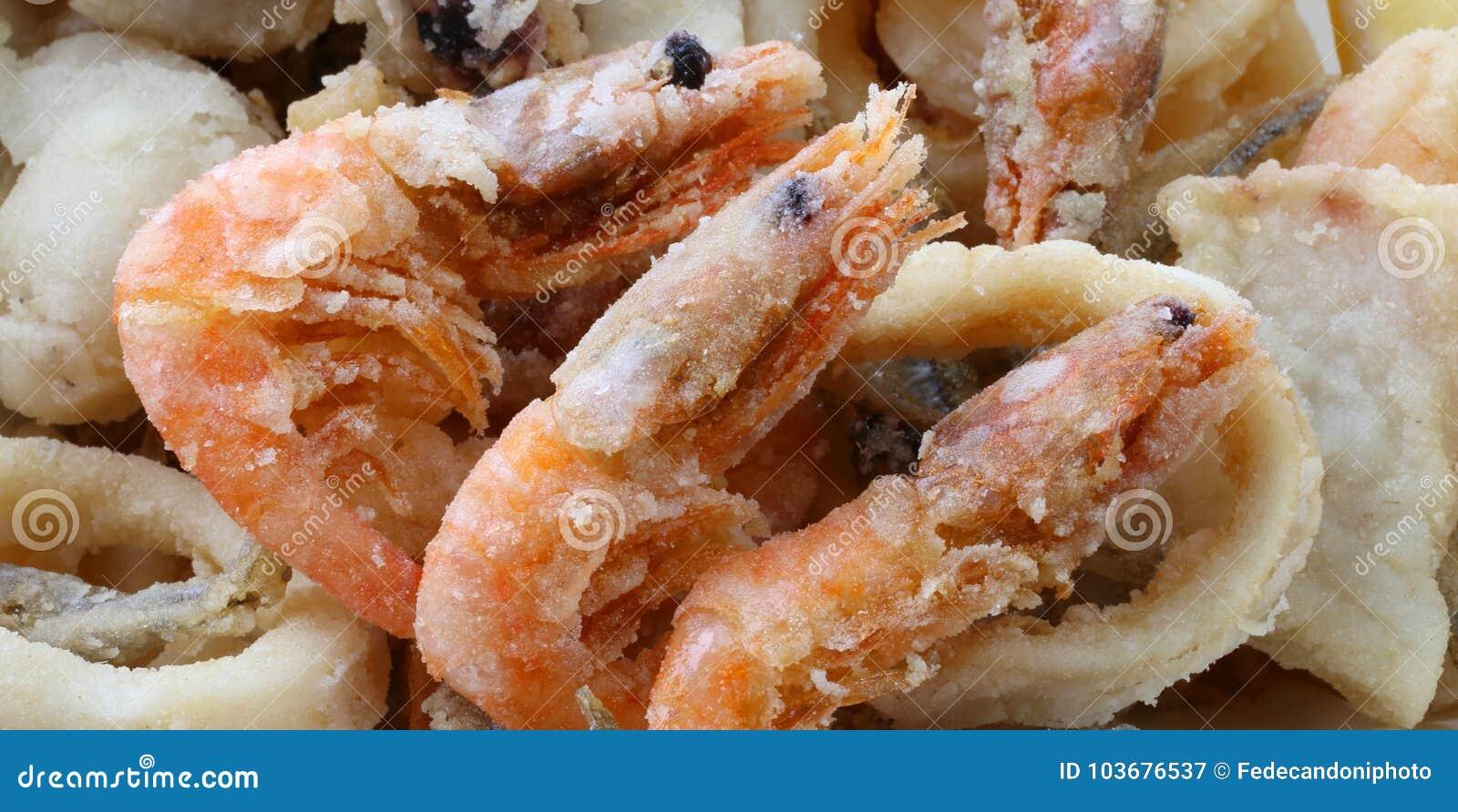 Grande crevette trois et d autres poissons et fruits de mer frits dans les poissons au sujet de